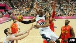 Американский баскетболист Кобе Брайант во время победного для сборной США олимпийского финала. Лондон, 12 августа 2012 г