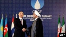 Իրանի նախագահ Հասան Ռոհանին ողջունում է Ռուսաստանի նախագահ Վլադիմիր Պուտինին գազ արտահանող երկրների գագաթնաժողովում, Թեհրան, 23-ը նոյեմբերի, 2015թ.