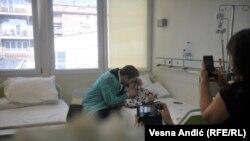 Sem majke, niko drugi od članova porodice ne sme biti uz dečaka, kaže doktor Radovanović (na fotografiji predsednik Srbije sa bolesnim dečakom)