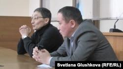 Пастор Қашқымбаевтың адвокаттары (сол жақтағы - Нұрлан Бейсекеев). Астана, 13 ақпан 2014 жыл.