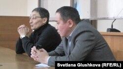 Пастор Қашқымбаевтың адвокаты Нұрлан Бейсекеев (сол жақта). Астана, 13 ақпан 2014 жыл.