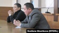 Адвокаты пастора Кашкумбаева, крайний слева - адвокат Нурлан Бейсекеев. Астана, 13 февраля 2014 года.