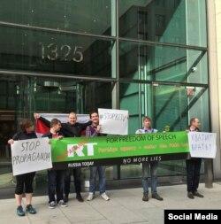 Пикет перед офисом Russia Today в Вашингтоне