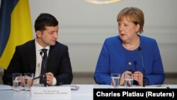 Анґела Меркель (п) і Володимир Зеленський (л)