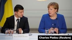 Volodymyr Zelenskiy (solda) və Angela Merkel (Foto arxivdəndir)