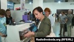 Катерина прийшла на фестиваль спеціально за україномовними книжками