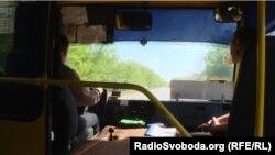 Водій автобуса, який везе дітей до школи й назад, проїжджає по небезпечній дорозі