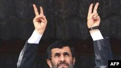 محمود احمدی نژاد می گوید که بر اساس گزارش آژانس بین المللی انرژی اتمی، « همه فعالیت های ملت قانونی است.» (عکس: AFP)