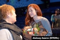 Фильм режиссері Катерина Суворова (оң жақта). Алматы, 17 қараша 2016 жыл.