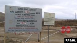 Монголиянын Бороо алтын кени. Жылына 180 миң унций алтын өндүрүлгөн бул кенди 2004-жылдан бери Канаданын Centerra компаниясы иштетет.