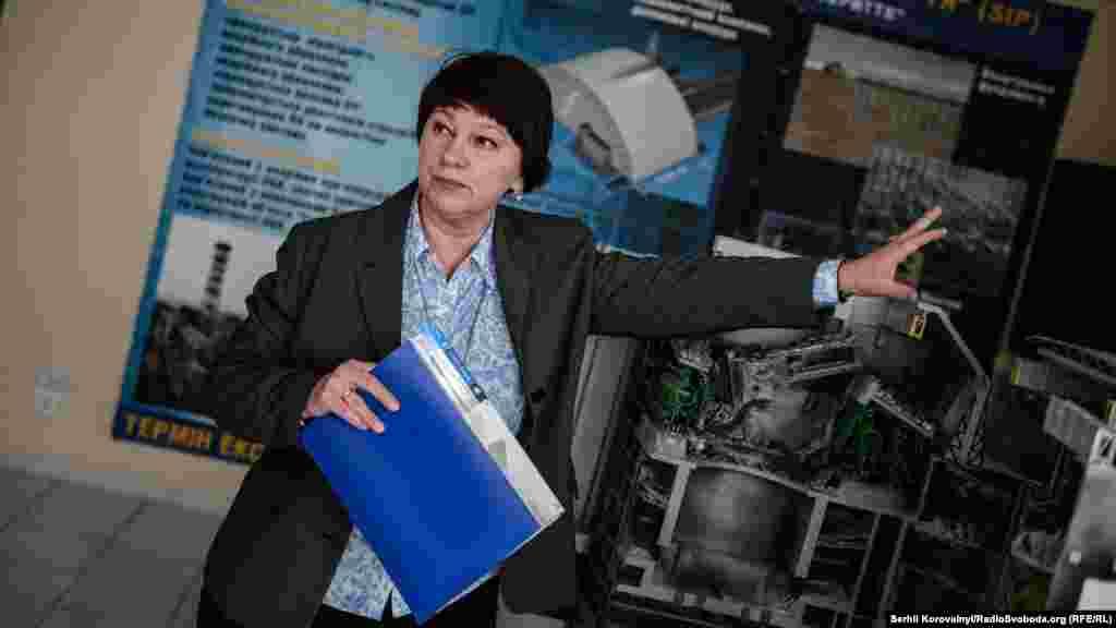 Спеціаліст міжнародного відділу ЧАЕС Юлія Марусич показує на макеті, як виглядають «нутрощі» четвертого енергоблоку