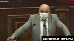 Председатель Национальной комиссии по телевидению и радио Тигран Акопян выступает в парламенте, Ереван, 17 июня 2020 г.