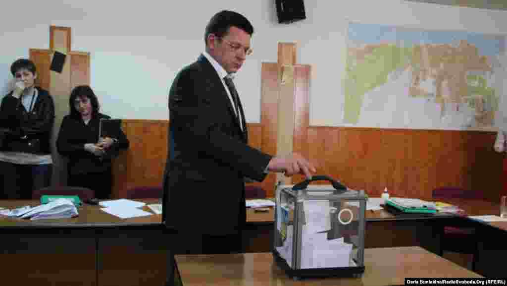 Міський голова Черкас Сергій Одарич голосує