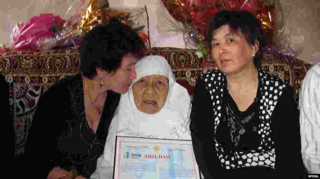 27 марта 2009 года Сахан Досова в зените своей мировой славы справила 130-летие.