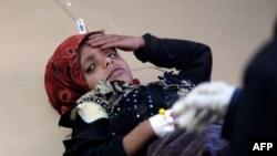 یک کودک مشکوک به ابتلا به وبا در حال مداوا در یک بیمارستان صنعا