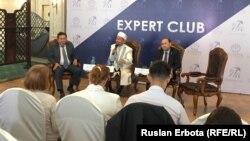 «Эксперт клубының» пікірталасына қатысып отырған азаматтар. Астана, 10 маусым 2016 жыл.