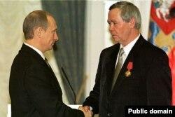 Valentin Rasputin (sağda) Rusiya prezidenti Vladimir Putinlə