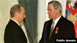 """Putin Rasputini """"Vətən qarşısında xidmətlərinə görə"""" ordeni ilə təltif edir, 2002"""