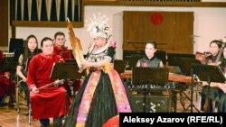 Оркестрантка Сун Ян исполнила на лушэне (духовой инструмент из тростниковых трубок) в сопровождении оркестра композицию «Прибытие поезда в долину Дун». Алматы, 2 февраля 2018 года.
