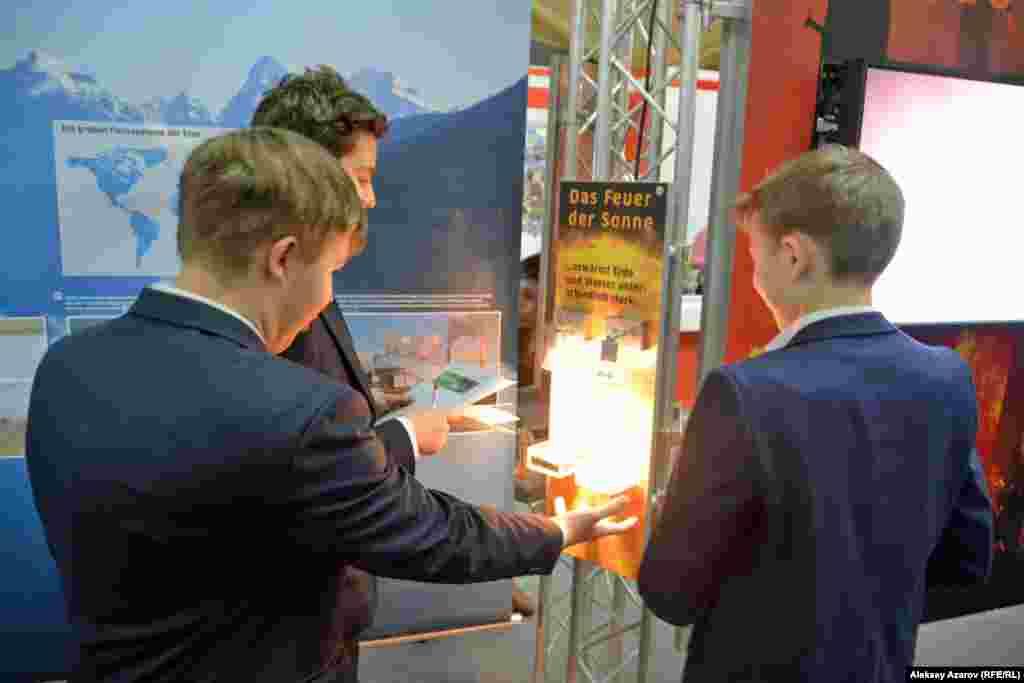 Посетителям выставки предлагается на ощупь понять разницу в интенсивности нагревания земли и воды от одинаковых источников тепла.