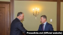 Președintele moldovean Igor Dodon și emisarul rus Dmitri Kozak, fotografie de arhivă