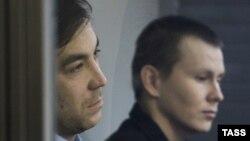Предполагаемые российские военнослужащие Александр Александров (справа) и Евгений Ерофеев в суде. Киев, 29 декабря 2015 года.