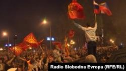 Полицијата употреби солзавец и шок-бомби за да ги растера демонстрантите кои протестираа против промена на името пред македонскиот парламент во Скопје