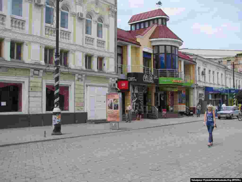 Сусідню вулицю Карла Маркса кілька років тому теж реконструювали, тепер влітку вулиця без дерев перетворюється на розпечену пательню