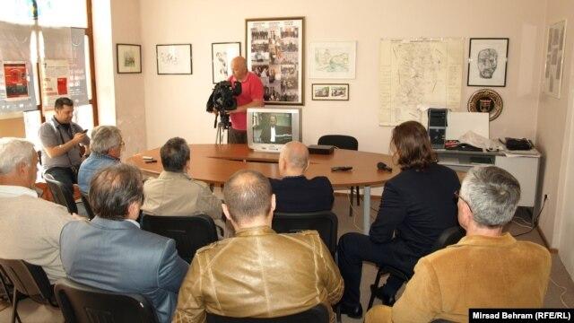 Bivši logoraši gledaju prijenos izricanja presude Prliću i ostalima, Mostar, 29.maj 2013.