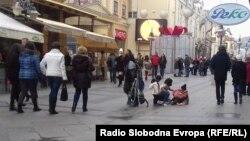 Деца питачи на Широк Сокак во Битола