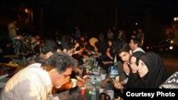 افطار خانواده بازداشت شدگان در مقابل زندان اوین
