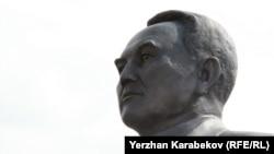 Назарбаев және оған ұқсайтын ескерткіштер