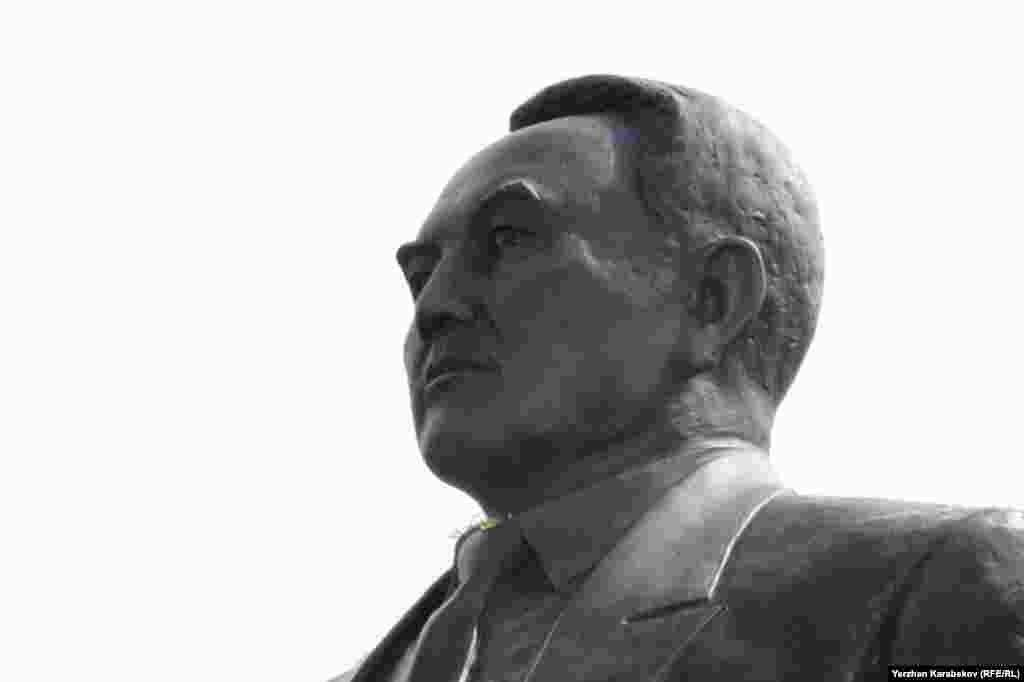 Алматыдағы Тұңғыш президент паркіндегі Нұрсұлтан Назарбаев ескерткіші. 19 маусым 2015 жыл.