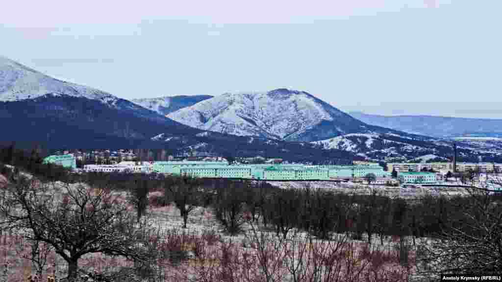 Вид на село Перевальне, що під Сімферополем, з гребеня Лагер-Баїр на Субаткан-яйлі, також відомої як Долгоруківська яйла. Лютий 2018