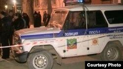 Полицейская машина припаркована рядом с местом преступления. Махачкала, 4 ноября 2013 года. Иллюстративное фото.