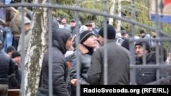 Проросійські активісти під будівлею обласного управління міліції в Донецьку, 12 квітня 2014 року