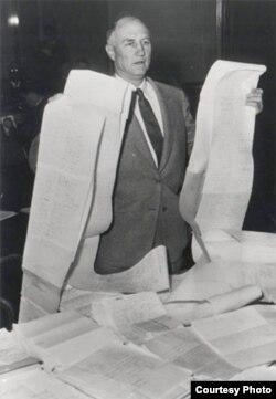 Сенатор Стром Термонд с текстом своей речи. 1957