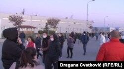 Radnici Jure u Nišu ispred fabrike, 08. aprila