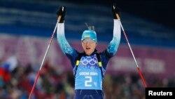 Українська біатлоністка Олена Підгрушна святкує перемогу жіночої естафети, архівне фото, Олімпіада в Сочі, Росія, 2014 рік