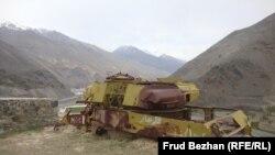 Разрушенный советский танк в Панджшерской долине.