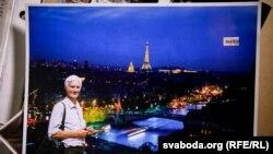 Алесь Сологуб на тлі панорами Парижу