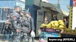 Полиция на рынке Керчи, апрель 2020 года
