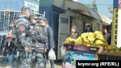 Полиция на рынке в Керчи, 14 апреля 2020 года