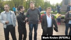 Александр Петрунько (крайний справа), Гоша Тарасевич (второй справа) и другие активисты SERB на оппозиционной акции в память о событиях на Болотной площади, Москва, 6 мая 2016 года