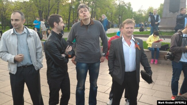 Pro-Kremlin activists from the SERB movement, including Igor Beketov (second from right) and Aleksandr Petrunko (right)