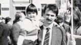 Сяргей Слабчанка з дачкой Дар'яй на дэманстрацыі. Травень 1988 г. Архіў сям'і Слабчанкаў