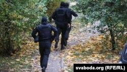Сілавікі зачышчаюць двары падчас разгону маршу студэнтаў 18 кастрычніка