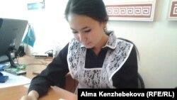 12 жылдық эксперименттік сынып түлегі Назым Тәжібек. Алматы, 20 мамыр 2015 жыл.