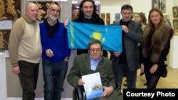 Художник Калибек Айнажаров (в центре) после получения медали Международного Альянса «Миротворец». Москва, 2009 год.