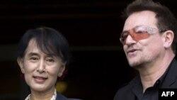 Лауреат Нобелевской премии мира Аун Сан Су Чжи и рок-музыкант Боно, лидер группы U2